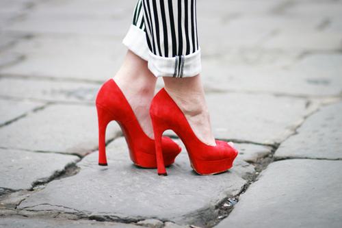 Модницям на замітку  з чим носити червоні туфлі  66b43bb889e7d