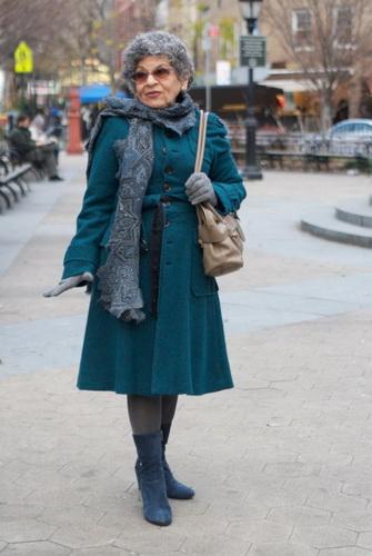159872e9f250ff В ідеалі базові речі повинен ще доповнювати яскравий піджак, не зайвим буде  і плаття в смужку. У базовий осінній гардероб для впевненої в собі жінки 50  ...