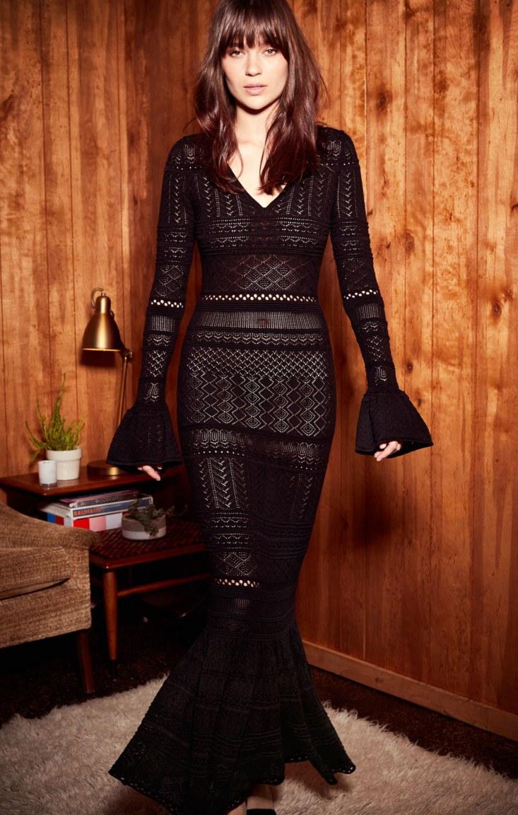 cafb638bea2c6d Вечірній варіант чорного плаття в підлогу з легкістю перетворюється в офісний  завдяки ефектному поєднанню з жіночим піджаком.